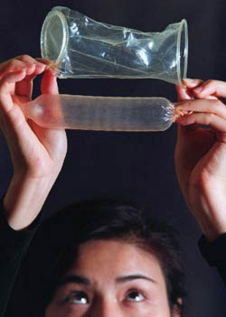 کاندوم چیست؟ نحوه استفاده از کاندوم زنانه و مردانه+عکس
